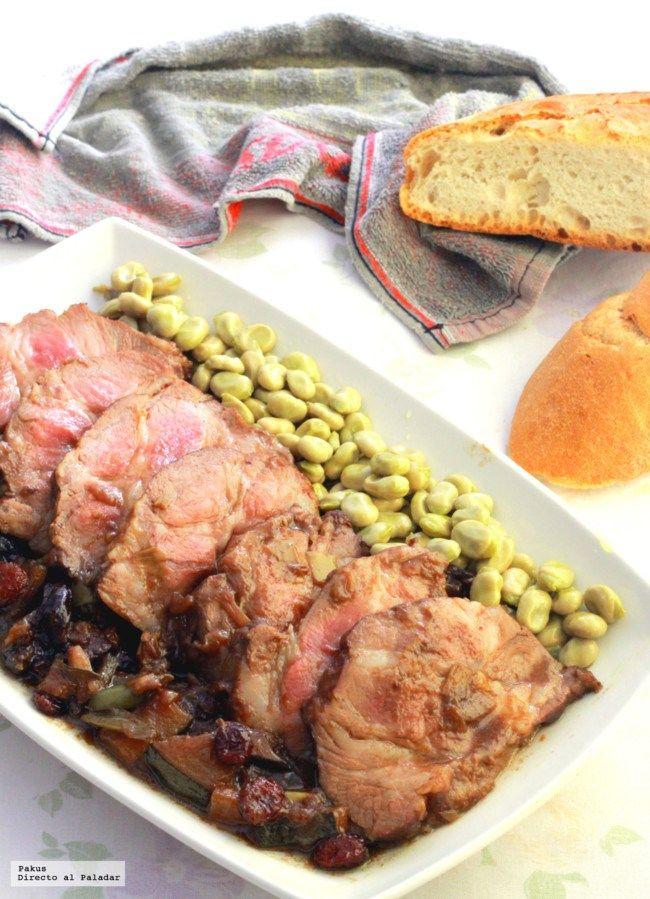 Lomo de cerdo braseado con calabacines, ciruelas y arándanos