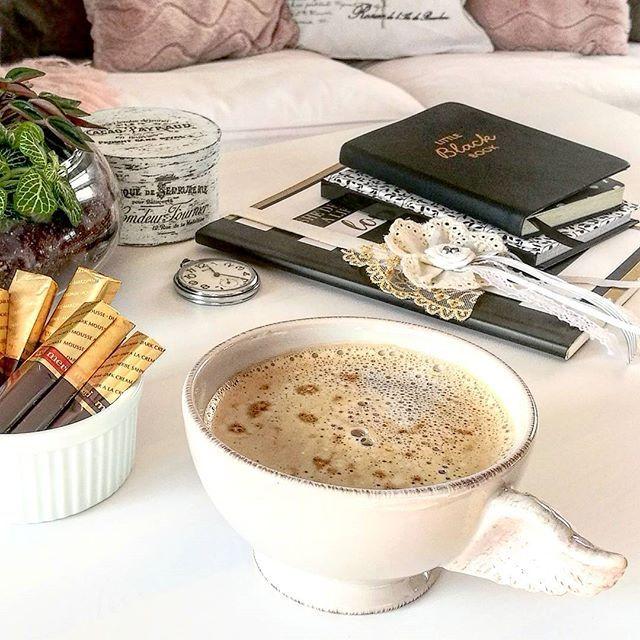 Przyjemnej i tak słonecznej, jak u mnie, soboty Wam życzę. 🌿🌞🌞 #saturday #afternoon #sunnyday #coffee #time #merci #blackbook #chocolate