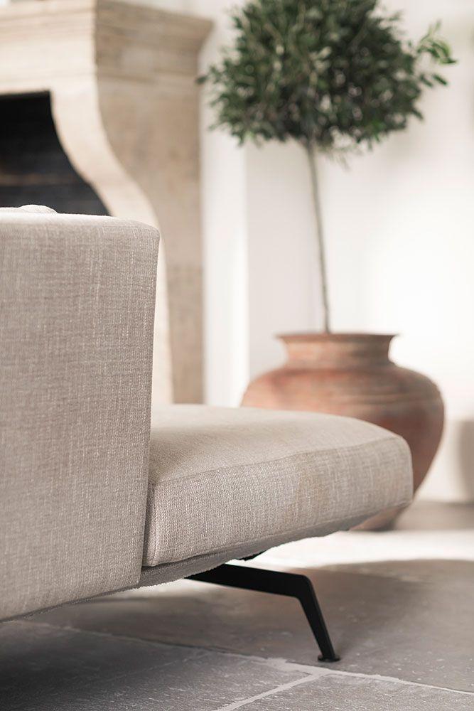 Industrieel wonen betekent nieuwe items met een verweerde look, vintage elementen, mooie gietvloeren, bakstenen muren, oud houten tafels van wagondelen, de materialen metaal, beton en hout en bijzondere stoffen zoals canvas en linnen. Lees hier meer.