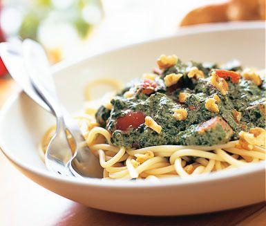 Recept: Pasta med spenat- och valnötssås