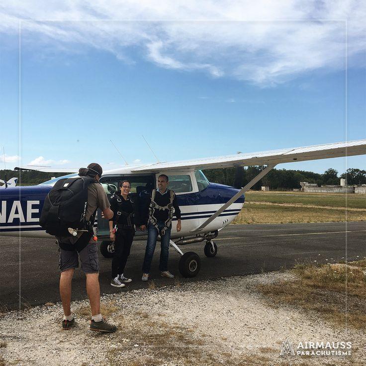 Allé on y va ! C'est l'heure du baptême de saut en parachute en tandem à Montalivet près de Bordeaux 😊  https://air-mauss.com/fr/ou-sauter/8-bordeaux-montalivet.html
