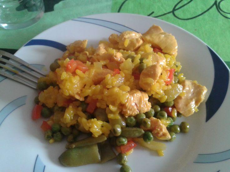 Una deliciosa paella de pollo con verduritas. Riquísimo a la vez de sano y económico !! Si quieres saber más visita : http://www.mis-recetas.org/recetas/140551-paella