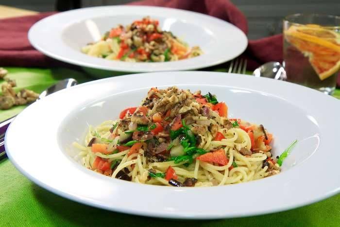 Spaghetti med aubergine, paprika och rostade valnötter