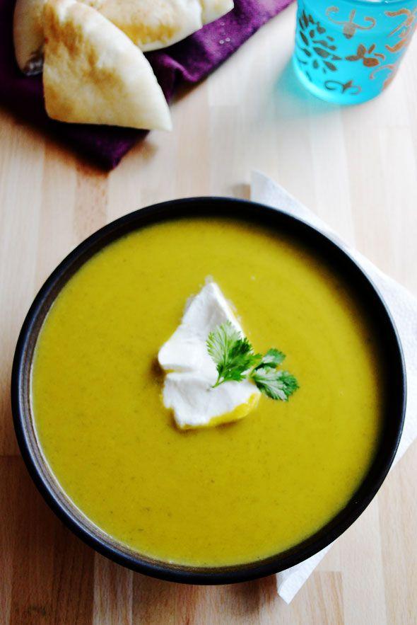 Zupa dyniowa to jedno z najpyszniejszych dań na jesień: ten rozgrzewający krem został przyprawiony w indyjskim stylu, pachnie imbirem, kuminem i kurkumą.