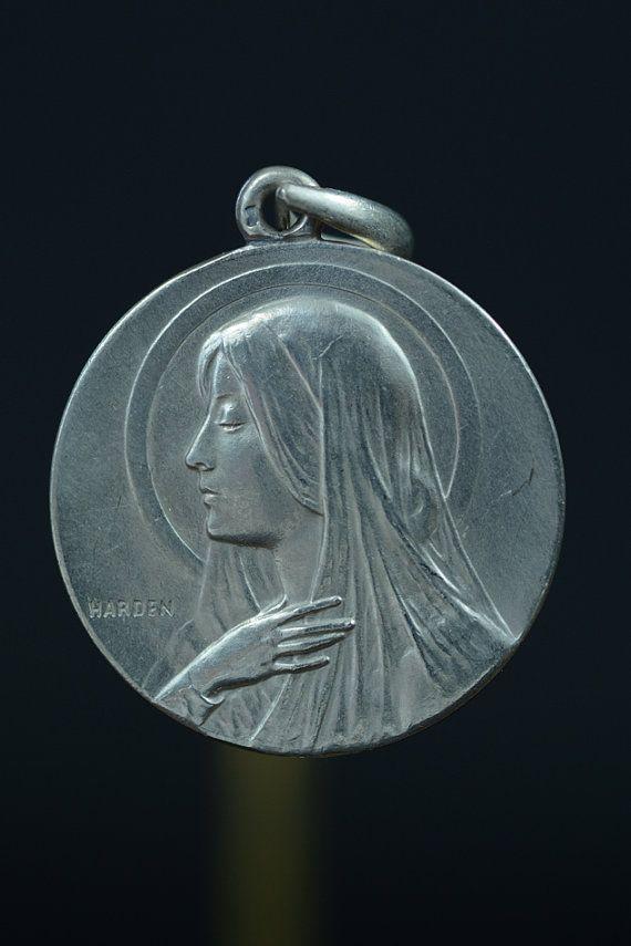 Vintage portret van Maagd Maria Harden Zilveren religieuze medaille hanger ondertekend op 18 sterling zilver-rolo ketting, beschikt over een sterke kreeft-klauw gesp. Op de keerzijde, wordt medaille toegeschreven aan de M.S., gedateerd 17 mei 1903. Meet 1-1/8 in diameter. 11.4 gram weegt. Uit Frankrijk. Zilver.