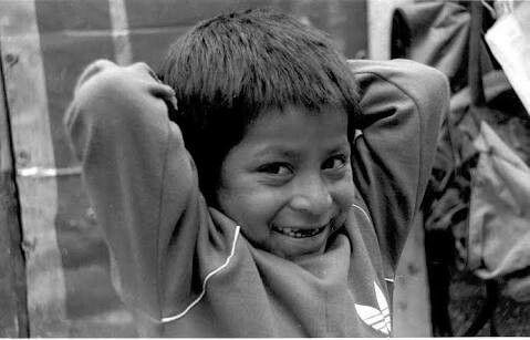 Vemos como es que a pesar de la pobreza, aún la dignidad de la persona se mantiene con una sonrisa.