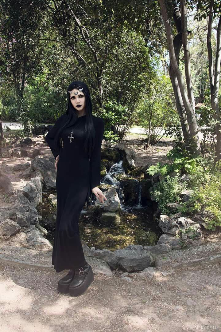 Model: Mary De Lis Circlet: Nocturne Jewellery Dress: Gothlolibeauty / Dark in love from The Gothic Shop