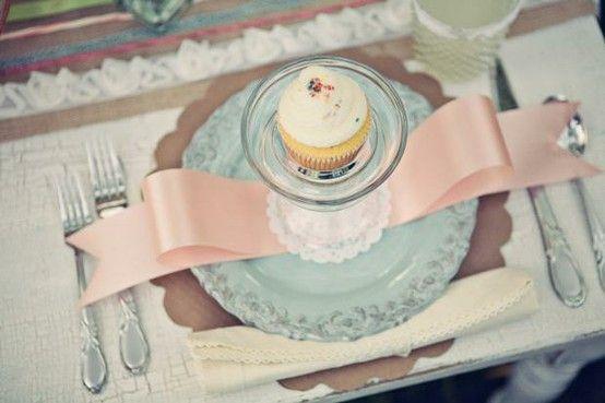 Planeje-se: Como planejar um chá de cozinha inesquecível?: Tables Sets, Place Settings, Cupcakes, Ribbons, Parties Ideas, Bows, Bridal Shower, Places Sets, Teas Parties