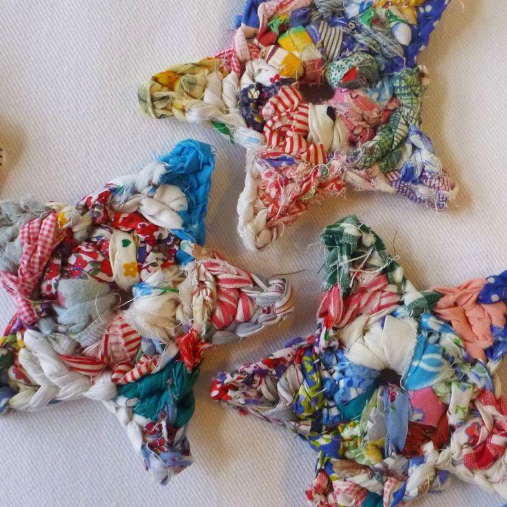 Crochet fabric stars. Estels de ganxet amb drapet