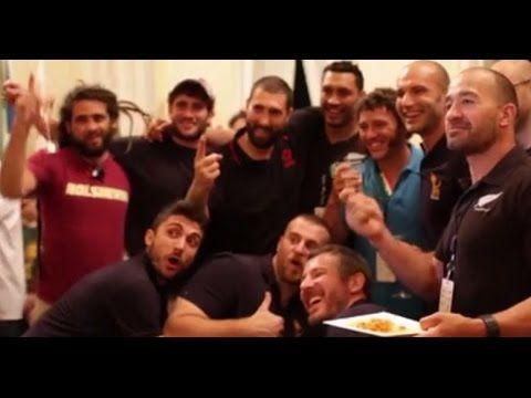 Le leggende del Rugby #4. Il più bel messaggio contro l'omofobia: i grandi campioni di Rugby Italian Classic XV e di New Zealand Invitation XV che inneggiano a Libera Rugby Club, la prima squadra gay friendly d'Italia. Sport, amicizia, zero pregiudizi: è questo il rugby dei grandi. Altri momenti qui: http://www.sughialthea.it/libera-tutti.php #liberatutti #rugby #stopomofobia