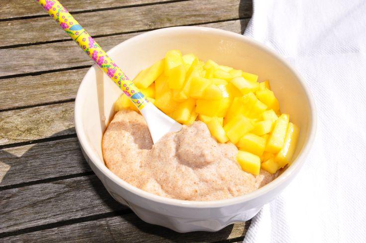 Heute gab es ein süßes Mittagessen: Dinkelgrießbrei mit selbstgemachter Mandelmich und frischer Mango. Sehr praktisch ist, dass man bei diesem Rezept die Mandelmilch weder stehenlassen noch durchsi…
