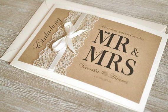 Einladungen Mr. & Mrs. - vintage mit Spitze Liebevoll gestaltete Einladungskarten zur Hochzeit im angesagten Vintage Design mit Spitze & Schleifchen in creme (wahlweise auch in weiss möglich). Das Deckblatt ist mit braunem Kraftpapier gestaltet. Die Klappkarte ist in der Farbe creme (wahlweise auch in weiss möglich). Der Textdruck & Umschläge in creme (Gr. C6) sind inklusive im Preis. Bitte sende mir folgende Angaben per Mail an: mail@velvet-design.de ♥ Text & Aufteilung (...