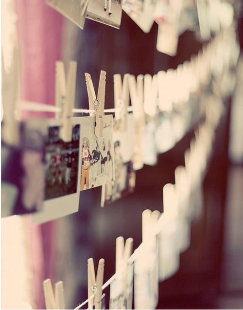 Superleuke DIY decoratie: een waslijn vol met persoonlijke foto's en kaarten