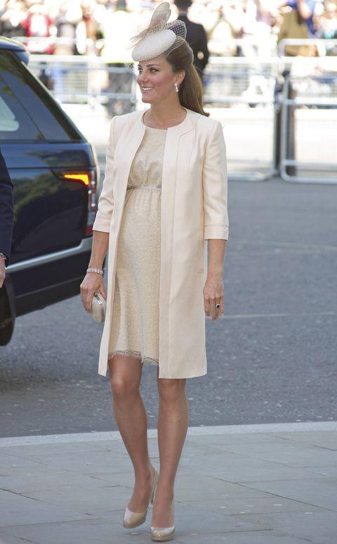 Embarazada de ocho meses, Kate eligió un look muy discretro para acudir a la Abadía de Westminster con motivo del 60 aniversario de la coronación de la Reina Isabel II. Un vestido en color crema bordado con detalles de encaje y un abrigo en el mismo tono de Jenny Packham con accesorios a juego, incluido el tocado.