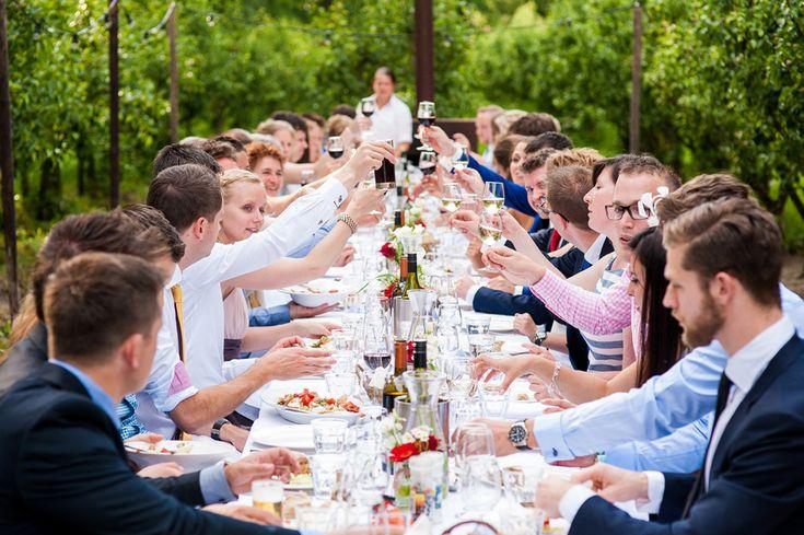 buiten eten dineren aan een lange tafel sfeervol bij trouwlocatie de olmenhorst in lisserbroek