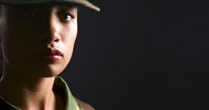 ¿Cómo es el proceso para convertirse en enfermera en el ejército?. Las enfermeras tienen una larga historia en el ejército de Estados Unidos. El Cuerpo de Enfermería de la Armada (Army Nurse Corps) se estableció formalmente en 1901, pero las enfermeras estadounidenses ya habían asistido a los soldados durante la Guerra Civil y la guerra Hispano-americana. Cada rama del ejército tiene sus propios requerimientos ...