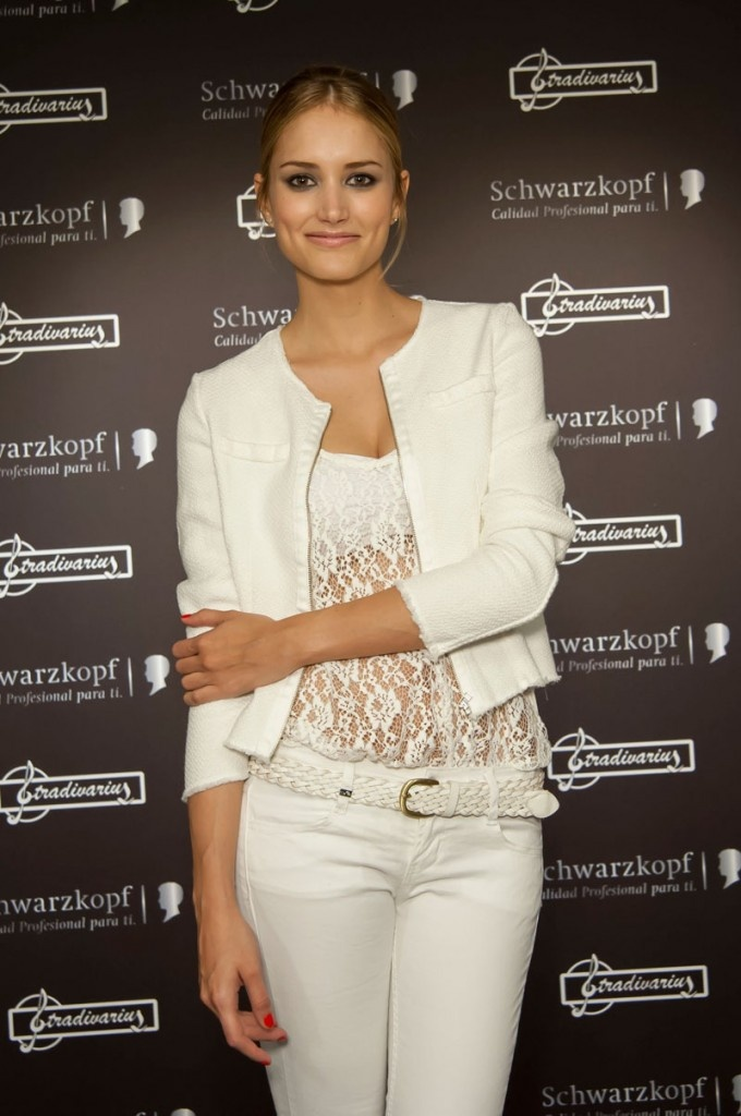 Alba Carrillo posed on the photocall with a Stradivarius white total look. So Chic & romantic!
