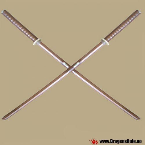 2 stk ekte øvelses-sverd (også kjent som Boken eller Daito) i hardtre, utformet som samuraisverd. Tradisjonelt knyttet stoff på håndtakene, samt kryssknapper i plast og tilhørende gummiringer som holder dem på plass. Ca 100cm lange. Naturell / lys brun farve. Prisen er for et par. OBS! Dette er ikke leketøy for barn! Det gjør VONDT å bli slått med en slik! Husk at slik som med alle stokker av tre -gjentatte harde slag med eller mot et slikt treningssverd vil føre til at den knek...