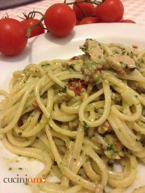 Pasta con pesto di basilico e pomodori secchi con tonno
