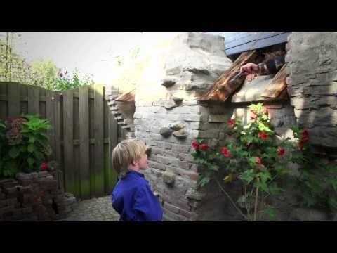 Dit bijzondere kabouter huis bouwde Frank eigenhandig in zijn achtertuin in Vlijmen. Met de tekeningen van Anton Pieck als grote voorbeeld ging hij aan de slag met allerlei materialen. Het resultaat is sprookjesachtig!   Hornbach