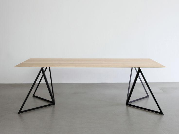 """Streng geometrisch, fast konstruktivistisch, leicht, stabil und stapelbar. Die Tischböcke """"Steel Stand"""" sind von der Architektur des frühen Industriezeitalters inspiriert. Die stapelbare Konstruktion aus drei identischen Dreiecken wird aus einem Stahlblech gelasert und ist leicht flexibel. Ihre Stabilität erhält sie zum einen durch das Abkanten von zwei Streben zum anderen durch die Verbindung mit der Tischplatte. - bei Mobilificio.de"""