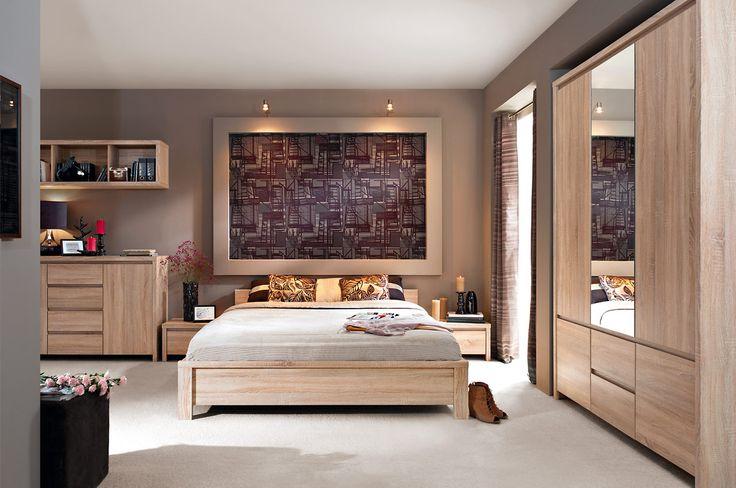 Moderne slaapkamer uitgevoerd in de kleur Sonoma Eiken. Bestaande uit een tweepersoonsbed, twee nachtkastjes, commode en een grote 3-deurs kledingkast voorzien van spiegel.