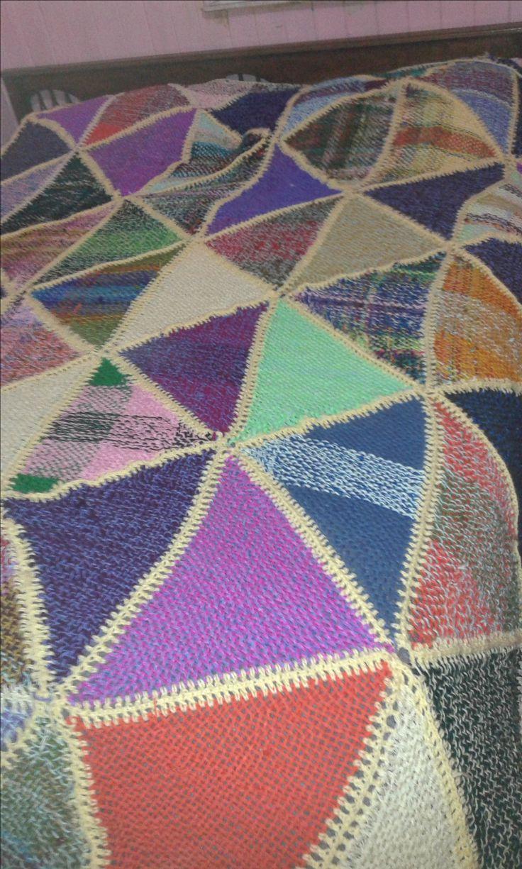 cubrecama de 2 plazas hecho en telar triangular con aplicaciones a crochet