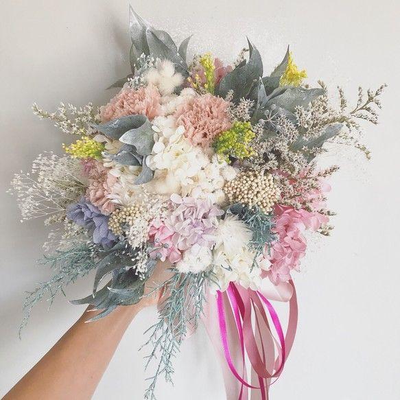 霞みがかった印象の儚げで繊細なbouquet…♡ 複雑な色味を入れつつも、優しい色合いがまとまりを持ち、ワンランク上の表情を出してくれています꒰๑´•.̫ • `๑꒱シャギーな質感のタタリカをメインに、カーネーションとクリームホワイトの小花達…♡カラーグラデーションがキレイなアジサイ*ふわふわの質感が印象的なハニーテールアイビーやブルーアイスのウォッシュホワイトなグリーン達… いろんな表情を見せてくれる、とっても繊細なbouquetになりましたヾ(◍'౪`◍)ノ゙すべてプリザーブドフラワーでお作りしております♡直径 25㎝くらい高さ25㎝くらい…✩°。⋆カラーセレクト∗︎*゚*コットンブルー/ラベンダー*ヌードピンク/ラベンダー*ヌードピンク/ミスティピンク*ミントグリーン/モーニングイエロー(掲載の画像は、コットンブルー/ラベンダーになります)ヘッドドレスのtatarikaシリーズとお揃いのカラーリングになりますので、ヘッドドレスのページまたは、5枚目の写真をご参考の上、備考欄にご希望のカラーをご...