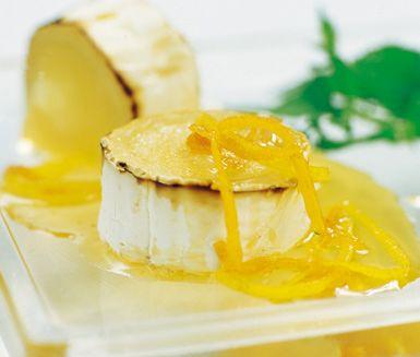 Till ditt tapasbord eller som en annorlunda efterrätt kan du servera denna varma getost med en sås på honung med citrus och mynta. Den smakrika chèvren passar utmärkt ihop med den syrliga såsen som även skänker sötma.