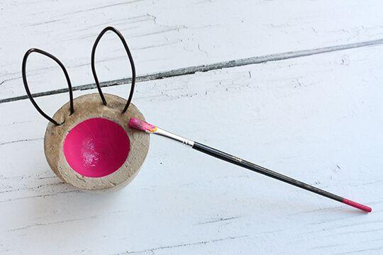 Osterdeko in Pink, Eierbecher aus Beton, anmalen