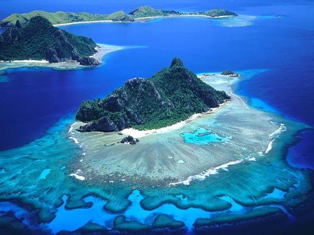 Isole Fiji Le isole Fiji anche se non economiche come alcuni posto del Sudest asiatico, sono tra i paradisi più alla mano al mondo. Le Figi sono formate da 322 isole (di cui 106 abitate) e 522 piccoli isolotti e puoi visitarle girando in catamarano. Le due isole più importanti sono Viti Levu e Vanua Levu, sono montuose, con cime alte fino a 1300 metri, e coperte da fitta foresta tropicale.