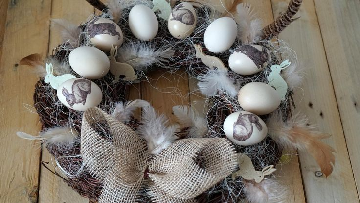 Přírodní velikonoční věnec - Krémová slepičí vajíčka jsme ozdobili technikou decoupage. Na přírodní korpus zvrby je přilepíme tavnou pistolí a přidáme sisál. ( DIY, Hobby, Crafts, Homemade, Handmade, Creative, Ideas, Handy hands)