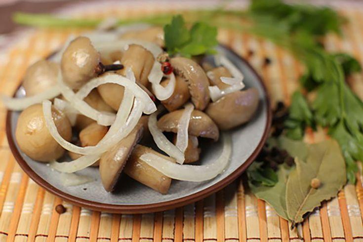 """Rețeta dată este nemaipomenită – ciuperci Champignon gustoase și crocante în doar 17-20 de minute. Această rețetă se deosebește de alte rețete prin faptul că ciupercile nu se fierb și nu se toarnă saramură, dar """"se prăjesc"""" și se adaugă condimente, oțet și multă apă în același timpîn tigaie. Puteți …"""