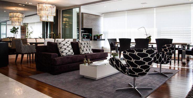 Neste projeto, as poltronas delimitam um perímetro. Elas podem ser usadas quando um sofá está sem móvel na frente ou nos lados. Projeto da arquiteta Andrea Gonzaga.
