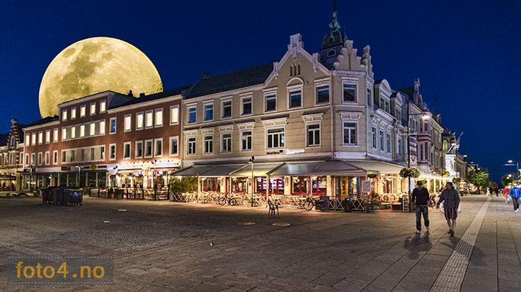 #Kristiansand #torg med stor #fullmåne i bakgrunnen. Til høyre ligger #Markensgate, eller #gågata som den kalles. Foto er manipulert i #Photoshop.
