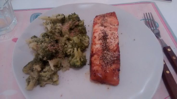 Low carb dinner. Perfect for when u have done ur workout in the morning. Some good fiber and good fat from this yummy   Grilled Salmon. 20' in medium oven, sprayed with chia seeds and broccoli with gomashio as side dish.   Salmon grille al horno con semillas de chia. Acompañado con brocoli al vapor y gomashio (sesamo con sal marina)