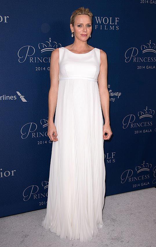 Charlene de Mónaco. 'Look': Charlene estaba maravillosa con un vestido largo en blanco que favorecía su silueta pre-mamá. Optó por la sencillez y como complemento llevó unos espectaculares pendientes en forma de lágrima.