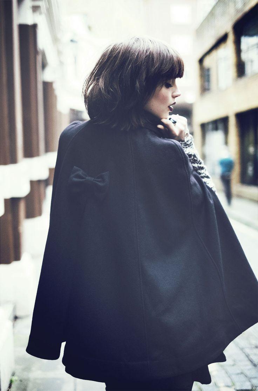 Détail féminin avec ce petit noeud sur la cape Garella - Collection automne/hiver 2015. A retrouver dans notre boutique New Capucine à Vesoul.