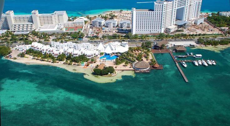 El hotel cuenta con un servicio programado gratuito de traslado por tierra y mar hacia el The Sunset Royal y los huéspedes del Sunset Marina Resort & Yatch Club tienen permitido utilizar las instalaciones de este hotel situado frente al mar, lo cual les permite la magnifica experiencia de mar y laguna.