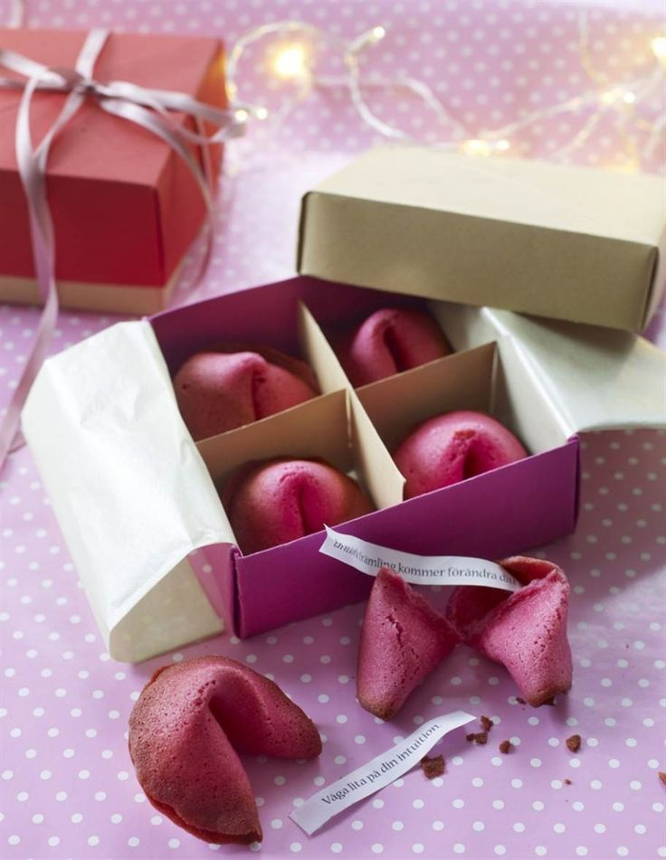 Ge bort en något gott till den du tycker om. Lyckokakor, knäckpåsar eller dekorerade vinflaskor blir uppskattade julklappar.