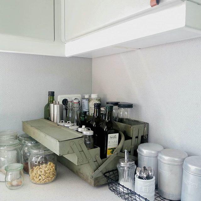 WEBSTA @ fluitenkruijt - ▪Plundra▪Deze stond leeg in de schuur...Ik wacht op metalen rekken, die mijn man gaat maken maar nu geen tijd heeft, maar was het witte rekje meer dan zat, SWIPE voor foto van hoe het was. Dit is een leuke tijdelijke oplossing.....toch?! #kitchen #instakitchen #mykitchenrules #mykitchen #stoerwonen #stoerwonen #green #industrial #industrialdesign #industrialstyle  #mixedstyles #industrieelwonen #vintageindustrial #scandinavischwonen #scandinavian…