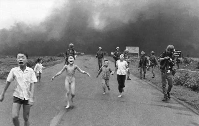 1972年6月8日。 21歳の若きベトナム人カメラマン、ニック・ウトは、サイゴンから西北西に40kmほど離れたチャンバンの村外れの1号線道路にいた。 AP通信のカメラマンだったウトは、同じくAP通信のカメラマンだった兄を7年前にベトナム戦争で失っていた。 北ベトナム軍に占領されつ...