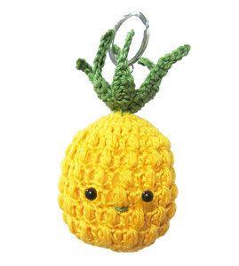 """Ananas hanger haken. Elke (school)tas verdient zo'n vrolijke ananas hanger! Maar natuurlijk ook leuk om te gebruiken als decoratie op de babykamer en kinderkamer. Kan worden gehaakt een met 2.5 of 3.0 haaknaald, deze wordt niet meegeleverd. Inhoud van het brievenbuspakket Ananas: 25 gram Catona """"Yellow Gold"""" stukje Catona """"Sage"""" Vulling sleutelhangerring met kettinkje 2 veiligheidsoogjes 6 mm Patroon"""