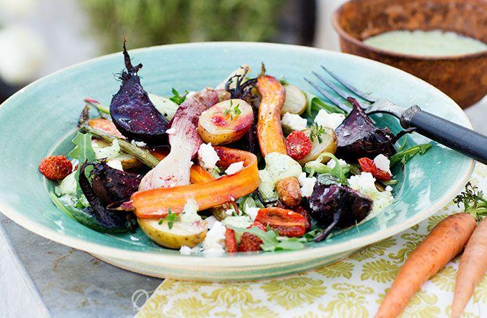 Bondsallad med rostade primörer, halvtorkade tomater, fetaost och örtdressing