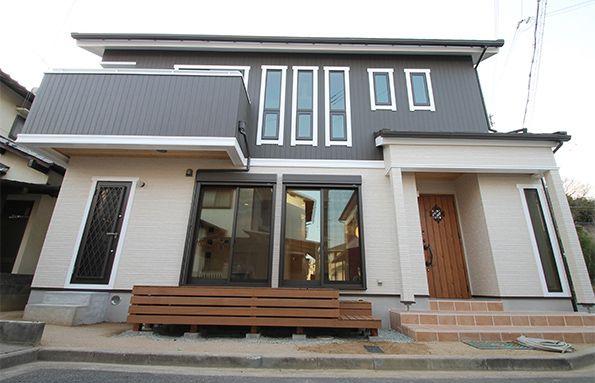グレーの外壁に白フチの窓。夢ハウス仕様で実現した北欧スタイルの家