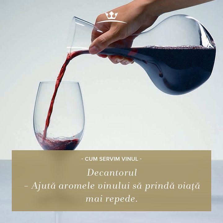 Știai de ce e bine să torni vinul în decantor cu 20 de minute înainte să îl servești? În cazul vinului tânăr, contactul cu oxigenul îi potențează aromele, în timp ce sedimentele vinului mai vechi rămân pe fundul decantorului.