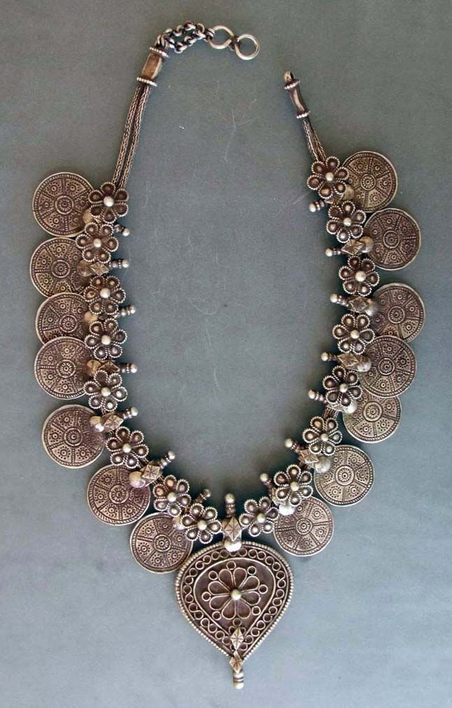 """Silver necklace (""""kanthiolo hullar"""") early 20th century, from Gujarat."""