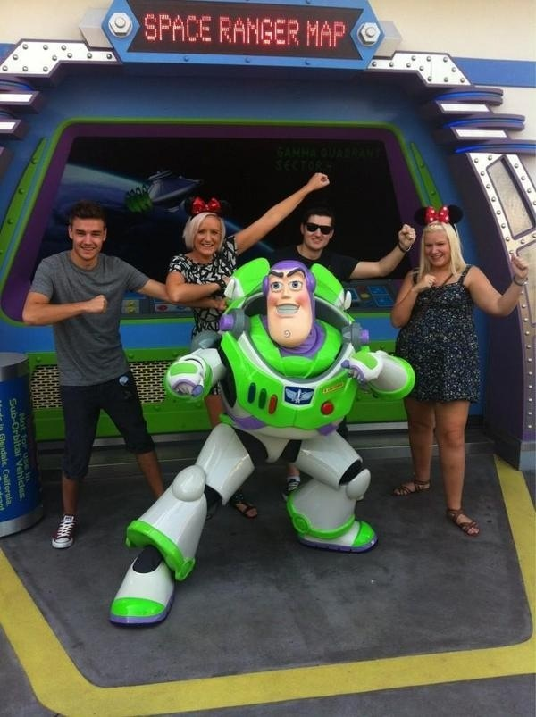 Liam Payne with his family in Disney<<i'm going for thanksgiving!
