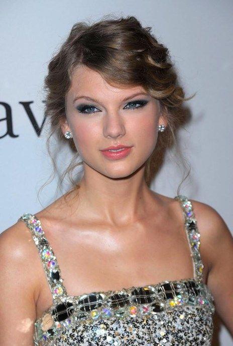"""Dossier de beleza: Taylor Swift - Tendências - Vogue Portugal Os caracóis naturais são por norma definidos em ondas bem ao género das divas dos anos 50, apanhados em sofisticados rabos de cavalo ou soltos sobre os ombros como se o seu cabelo nunca tivesse conhecido um bad hair day. Mas quando isso acontece, Swift sugere optar por uma trança - """"assimétrica, de lado"""", adverte."""
