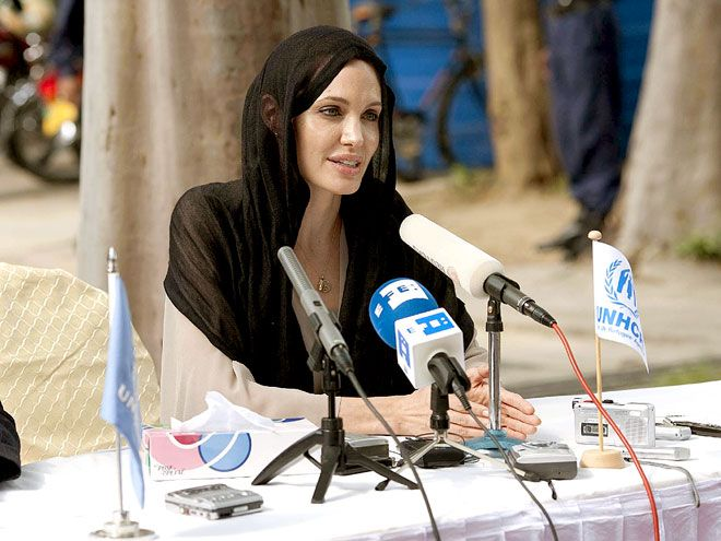 Fulfilling her role as a U.N. goodwill ambassador Tuesday, Angelina Jolie speaks to refugees displaced by the floods in Pakistan. Follow us on Twitter : https://twitter.com/#!/everydaychild